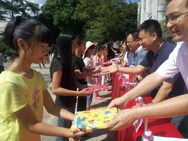 学校领导为纯正学校学生赠送书籍.jpg