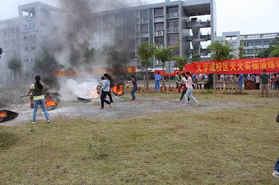 """我校大学城校区成功举办""""认识火灾,学会逃生""""消防演习活动"""