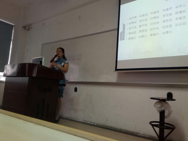 授课中的张老师.jpg