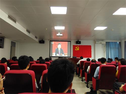 1.01全体与会党员一起集中回顾观看《中国共产党第十八届中央委员会第六次全体会议公报》专题视频.jpg