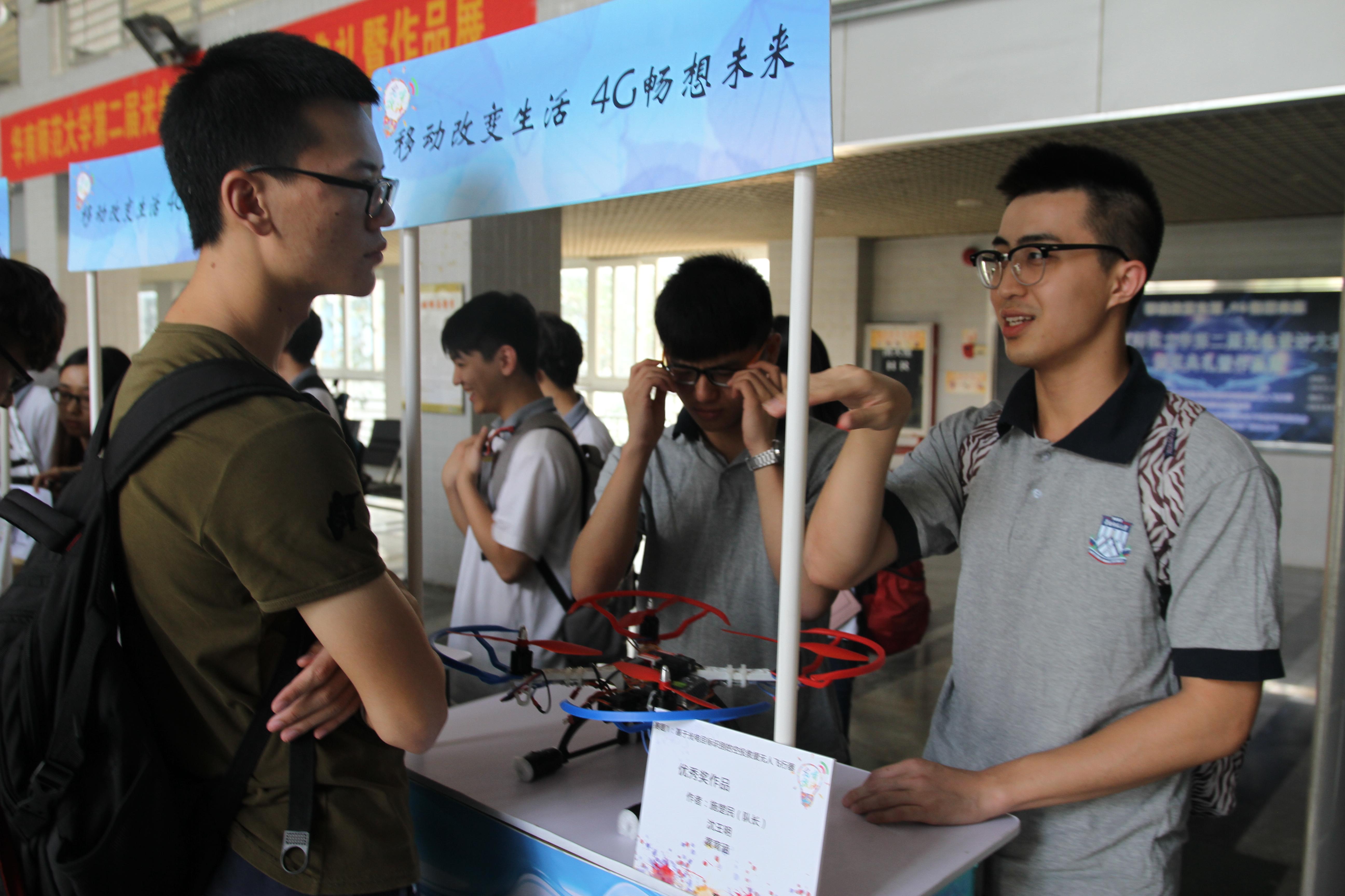作品展现场:参赛选手为同学们讲解作品设计.JPG