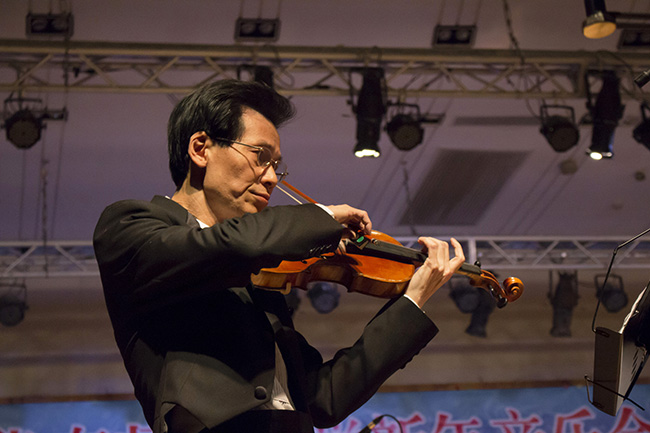 拉小提琴2林晓怡摄.jpg