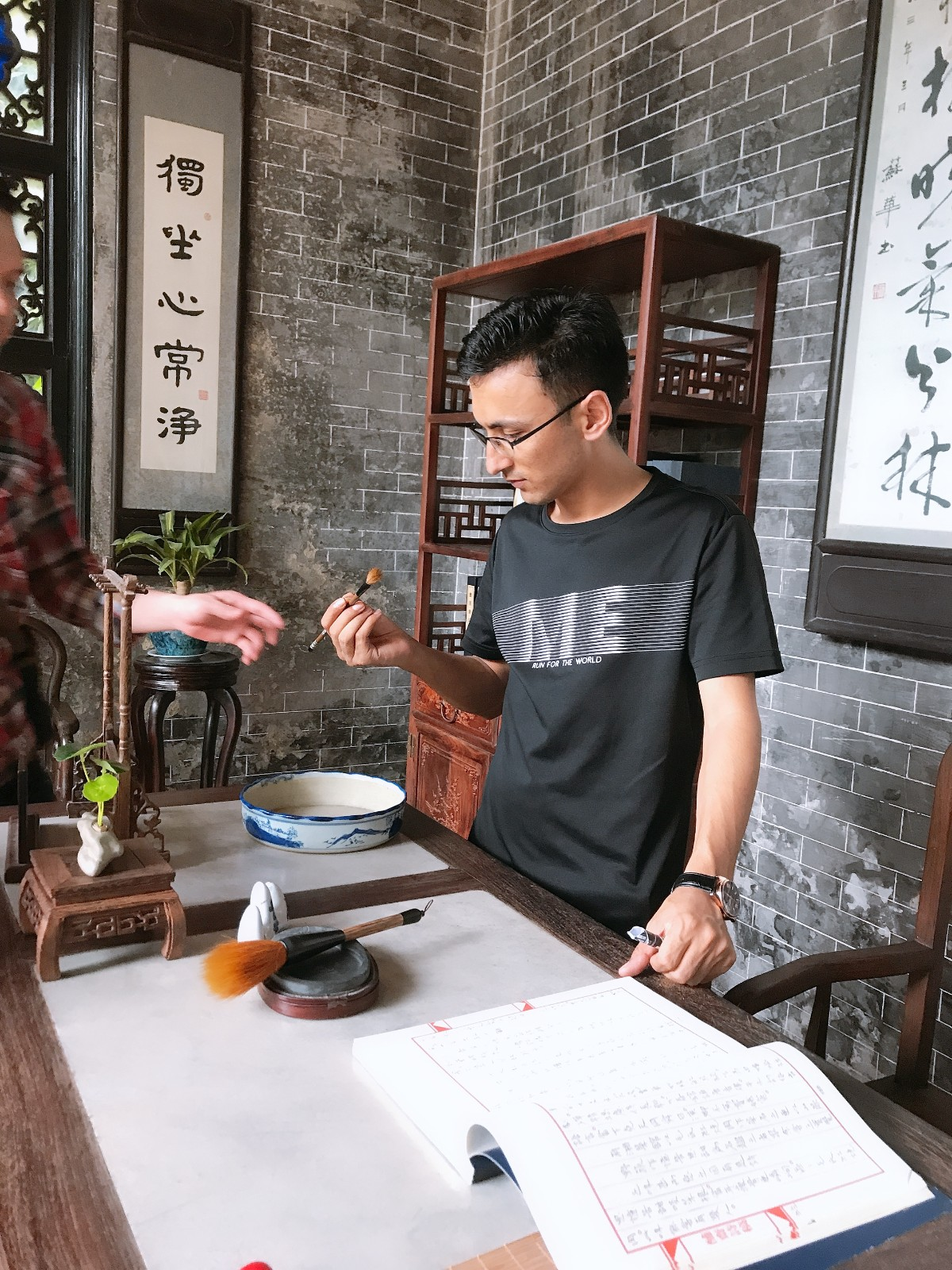 Abbas Zaheer is learning Chinese calligraphy on the spot .jpg