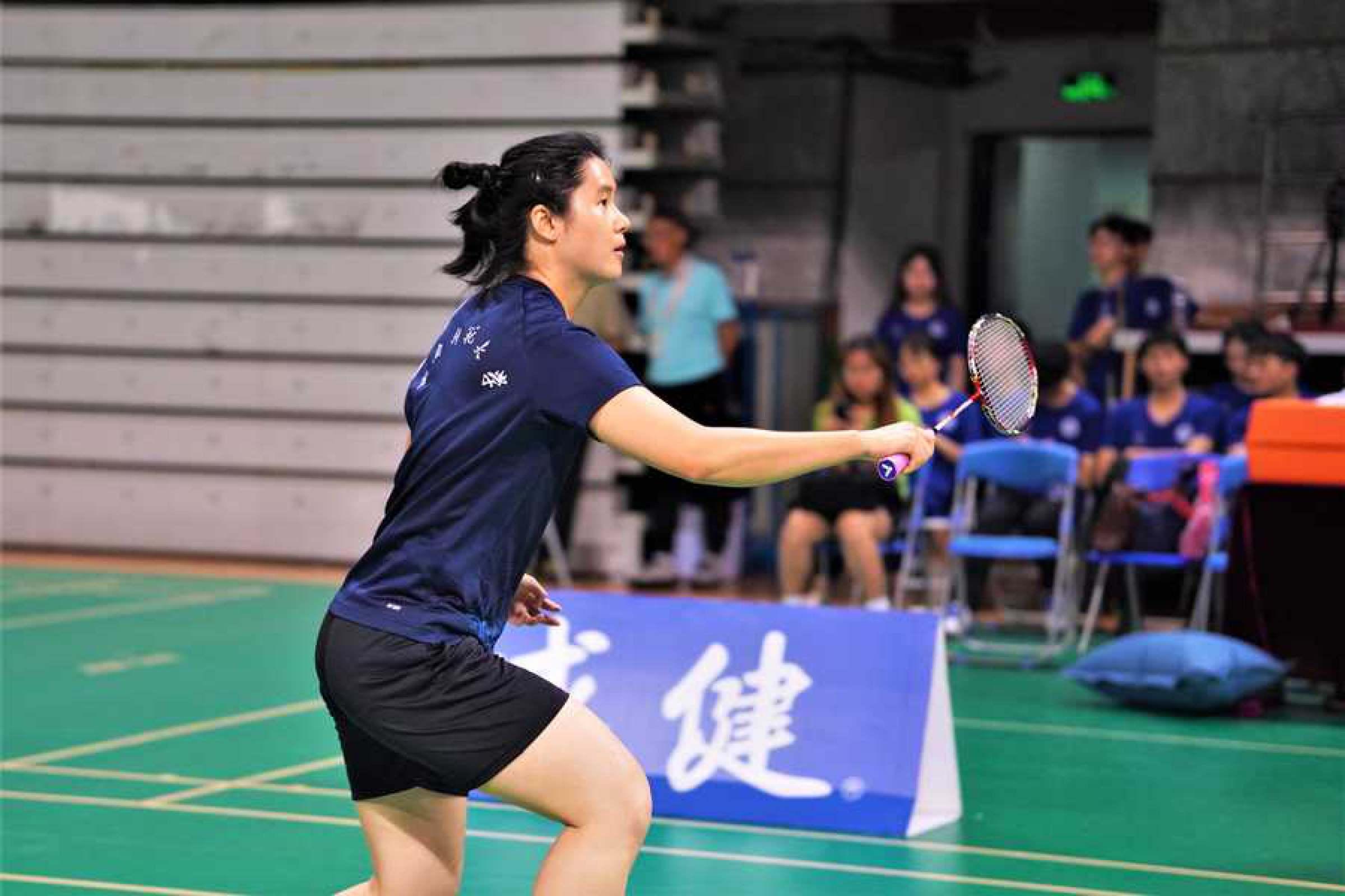 我校羽毛球隊乙A組女子雙打冠軍姚慧同學在比賽中.jpg