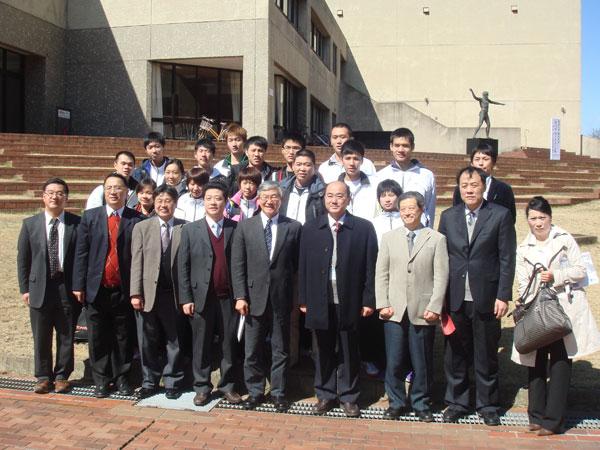 我校男子篮球队和女子羽毛球队访问日本筑波大学,进行体育文化交流活动,取得良好成绩