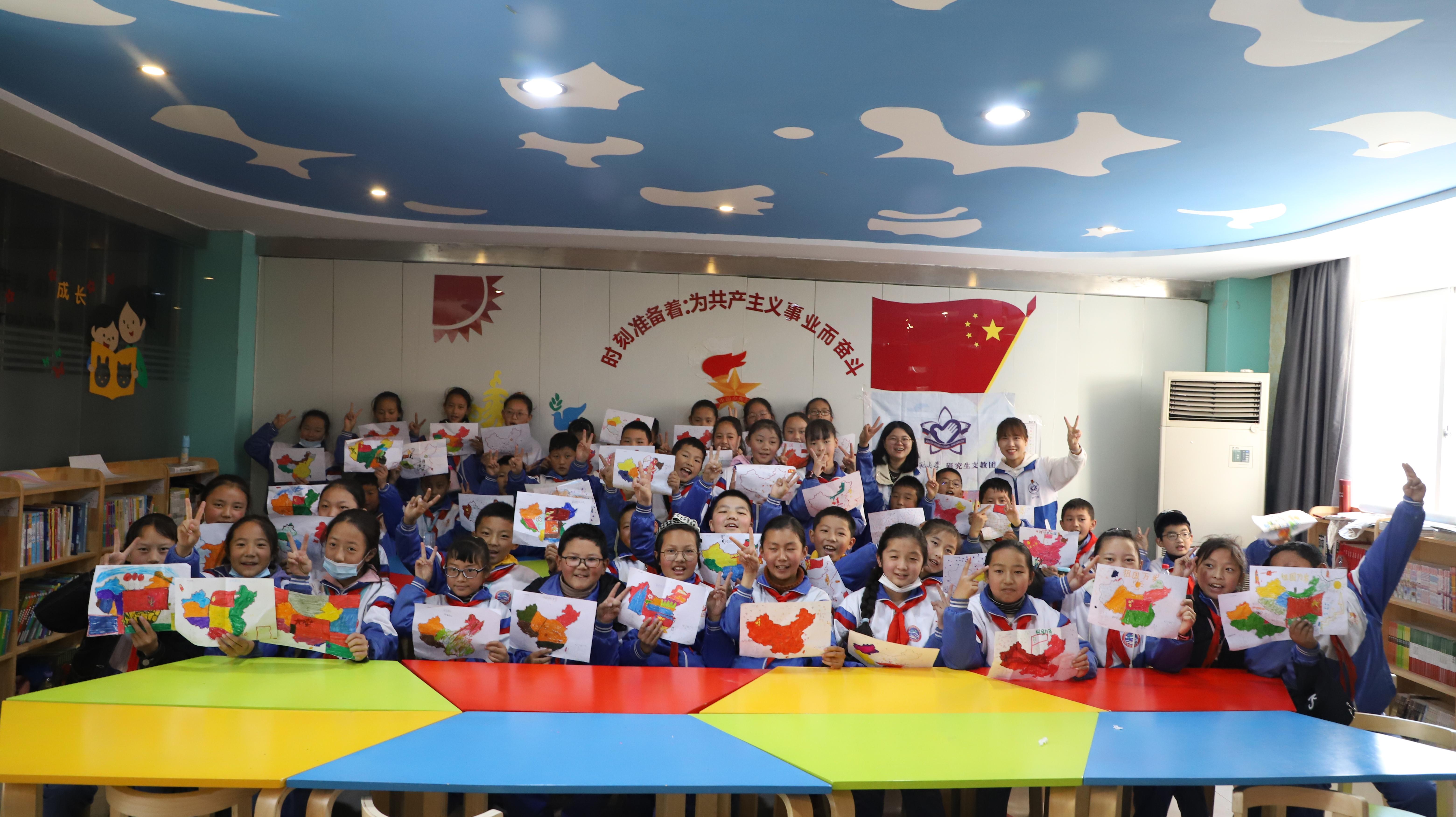 志愿者們與學生合照.JPG
