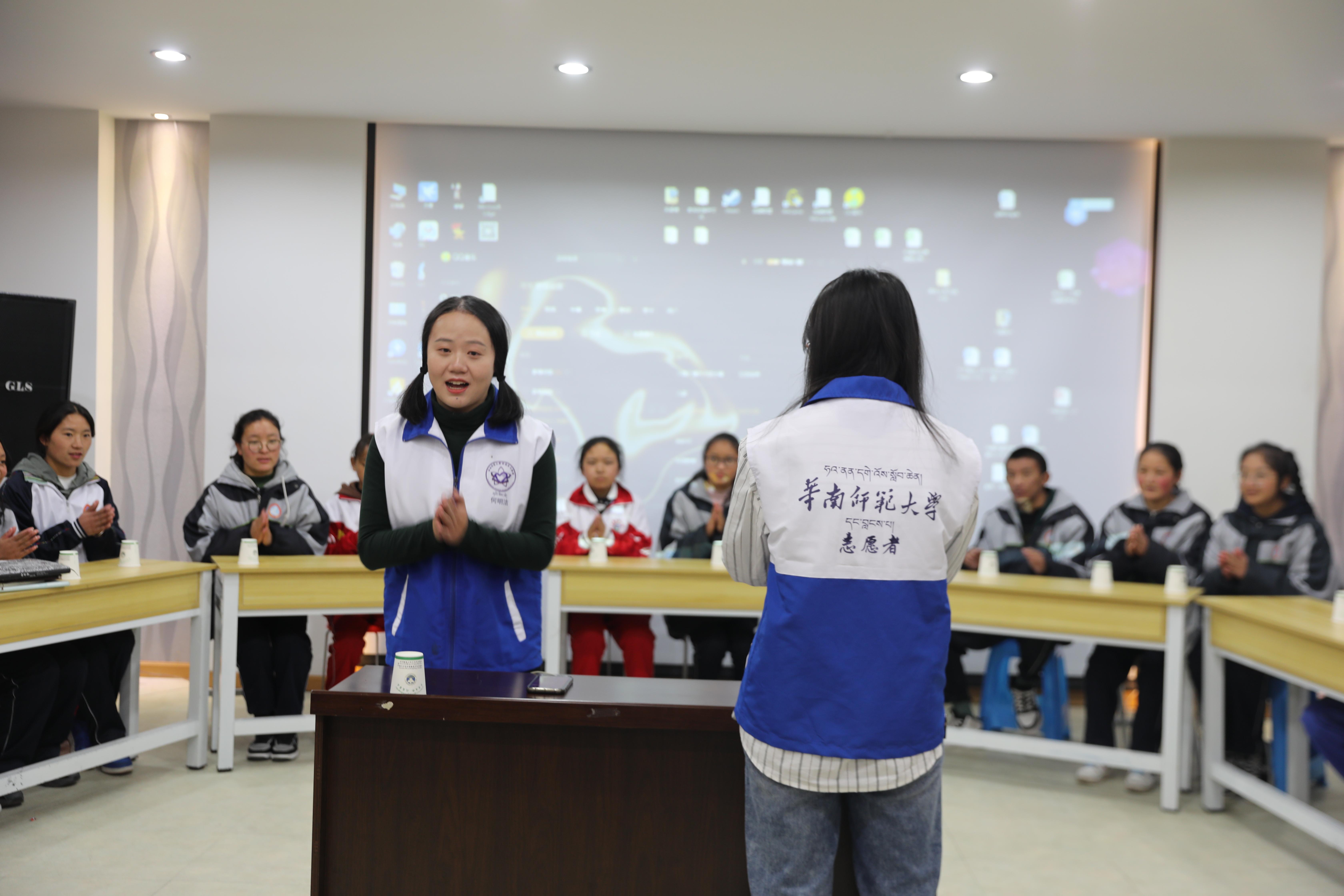 志愿者告訴同學們節奏敲打不能急于求成.JPG