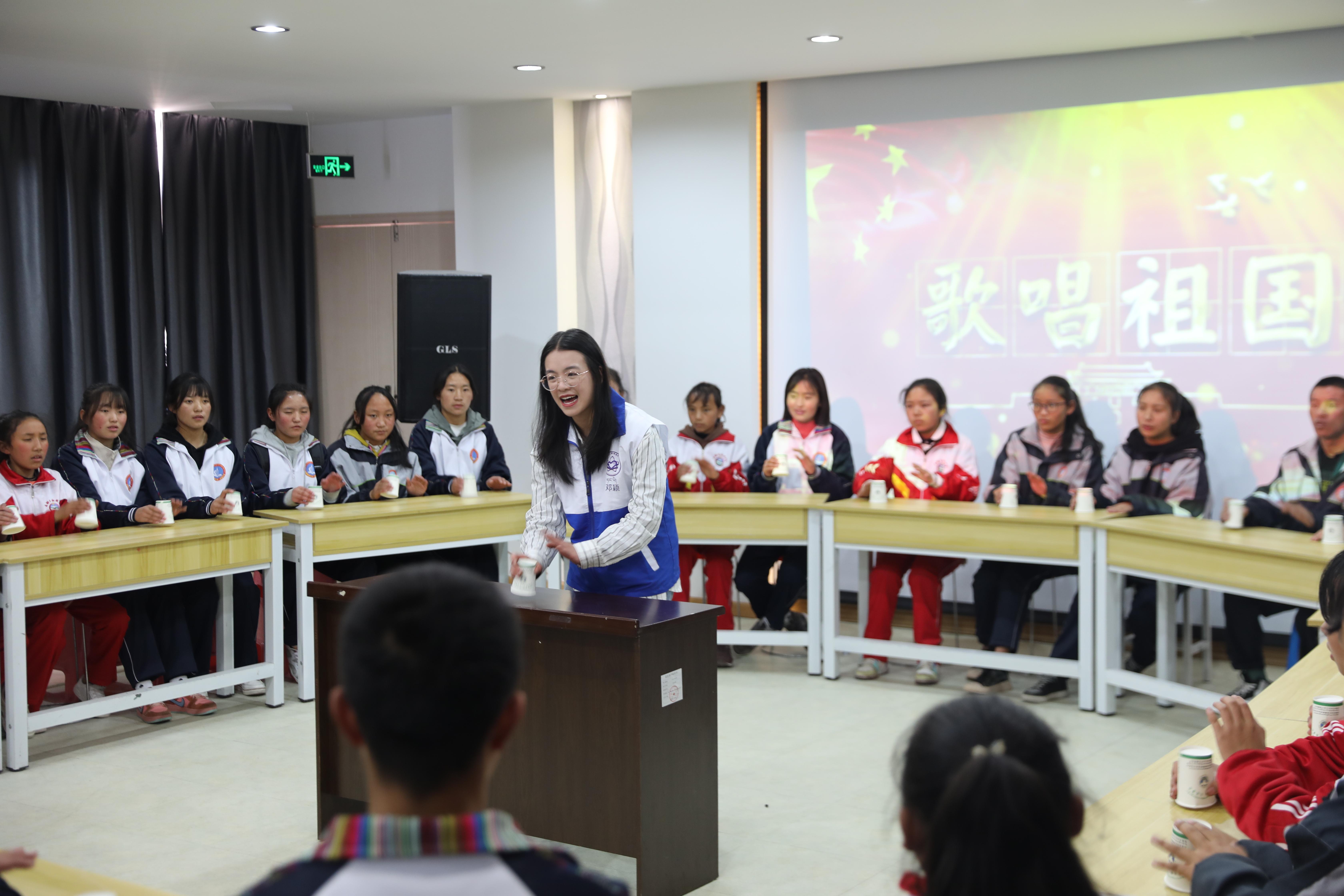 志愿者為同學們做示范.JPG