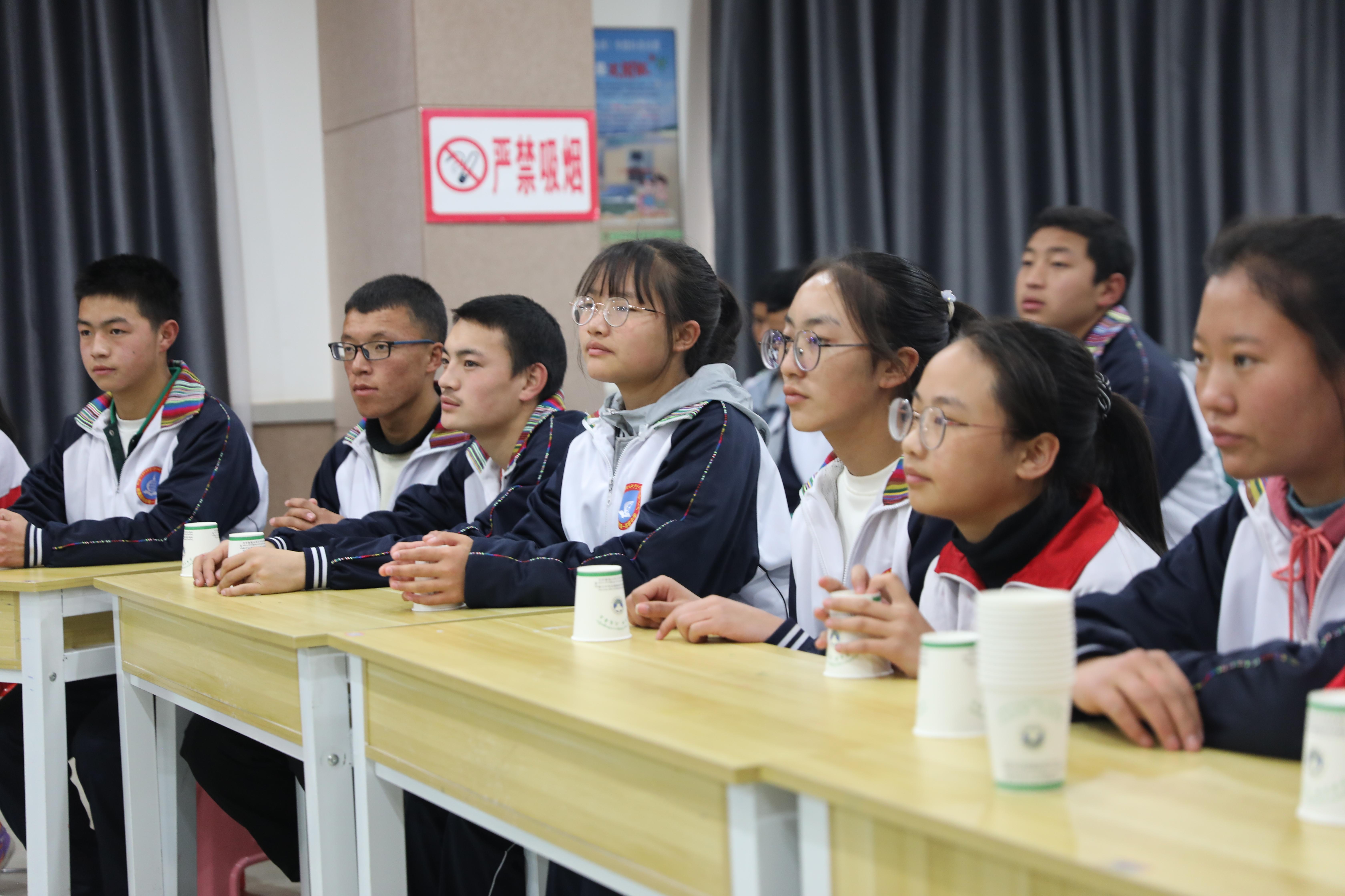 同學們認真聆聽老師講述歌曲背景.JPG