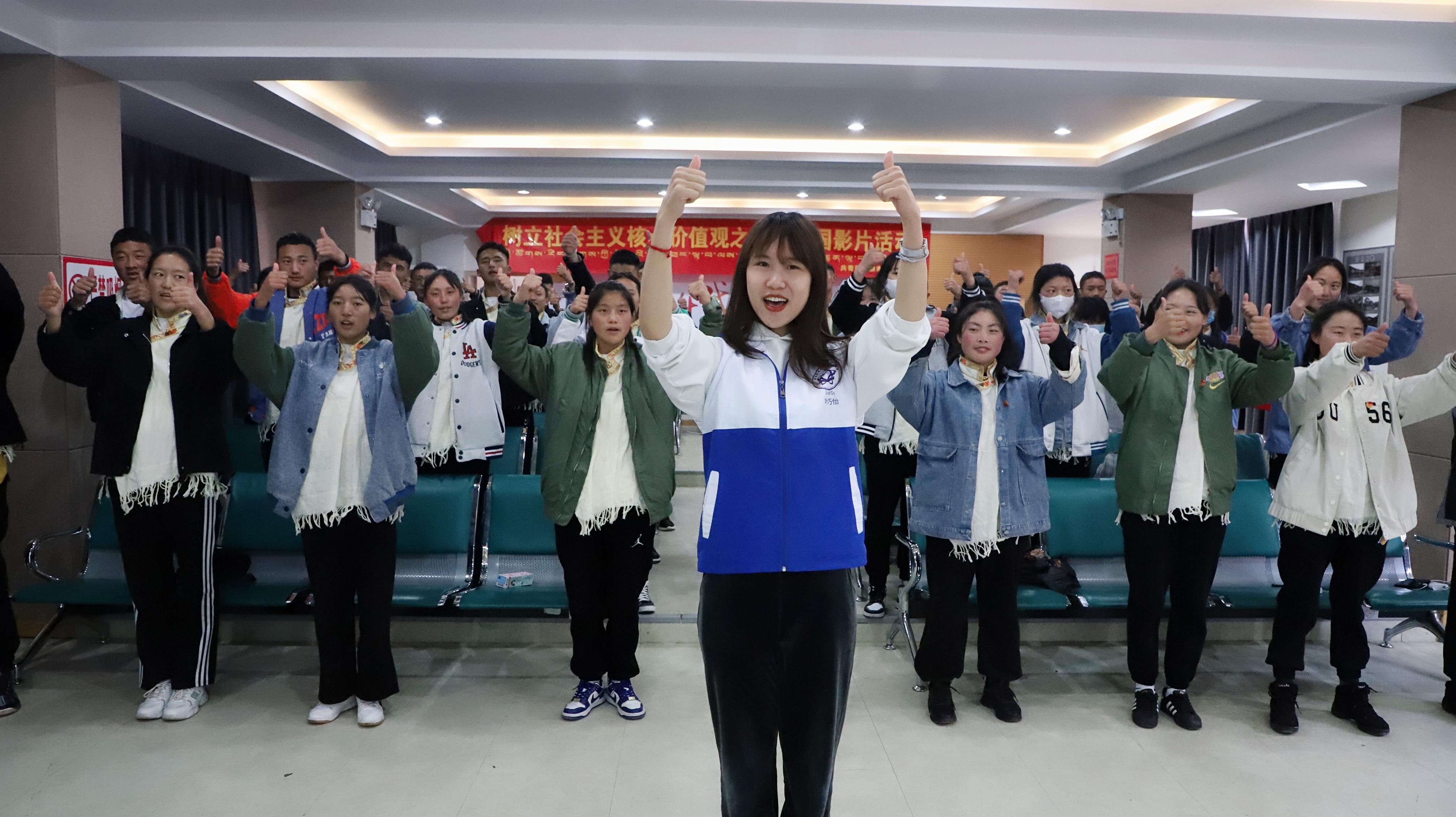 志愿者帶領大家做團歌手勢舞.jpg