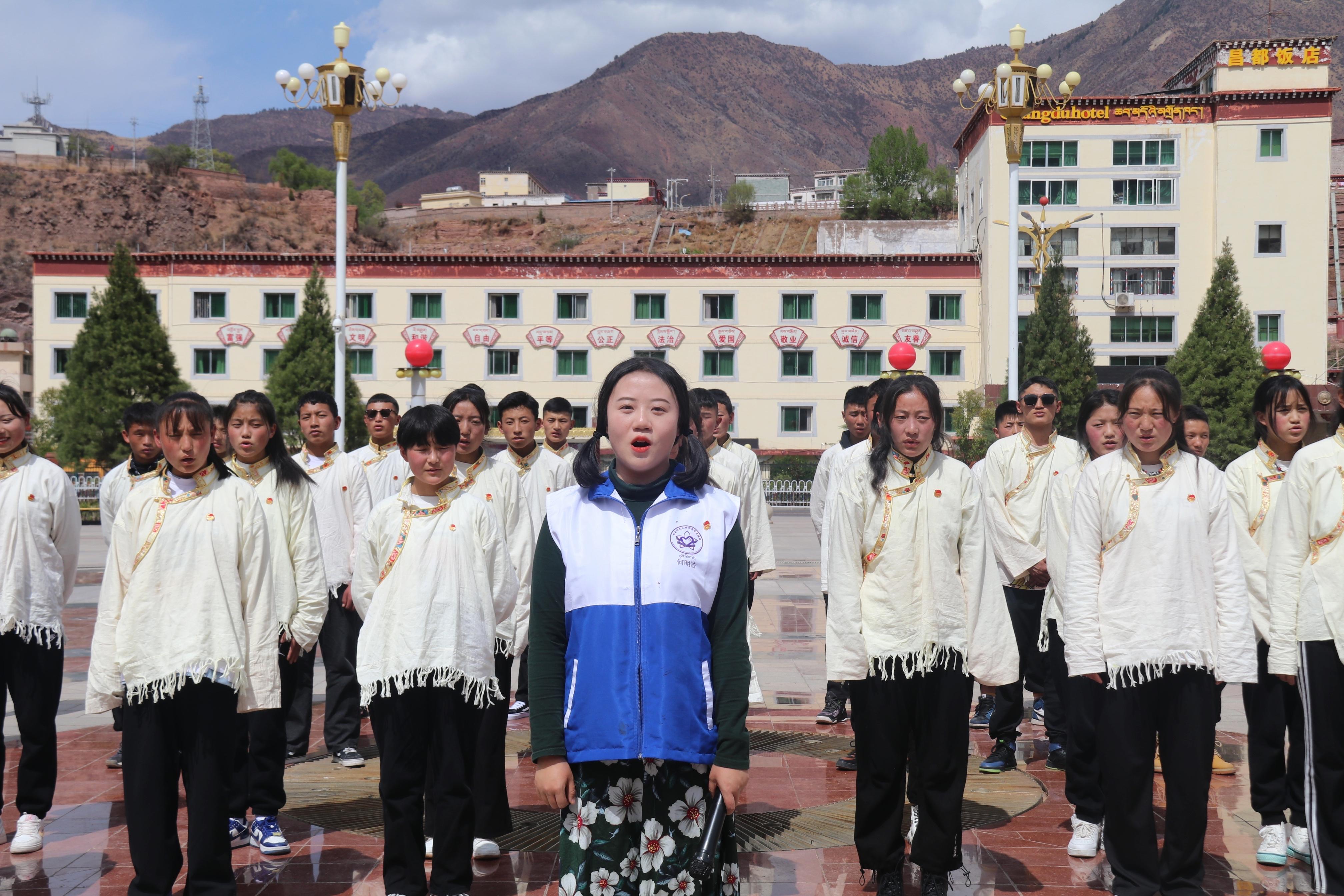 志愿者帶領同學們唱團歌.jpg