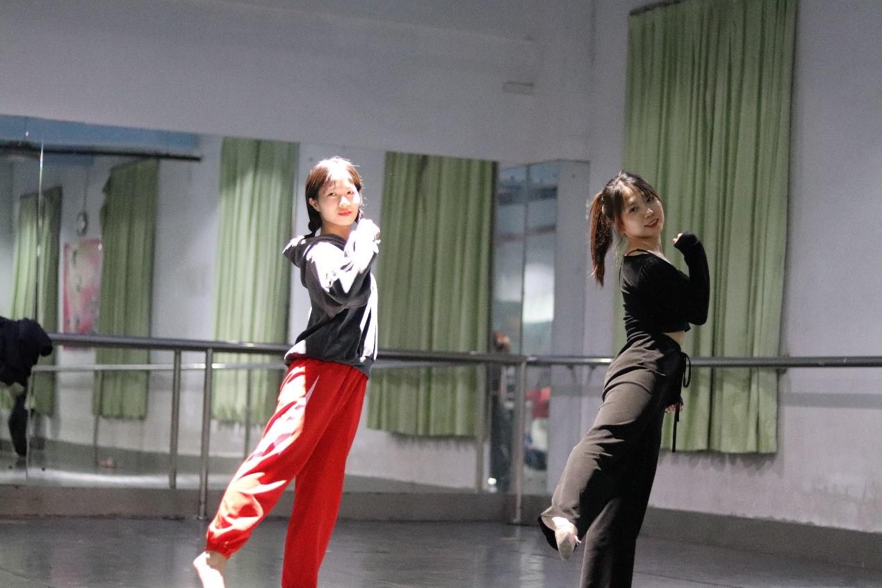 舞蹈室里的汗水青春——因為熱愛,所以專注!